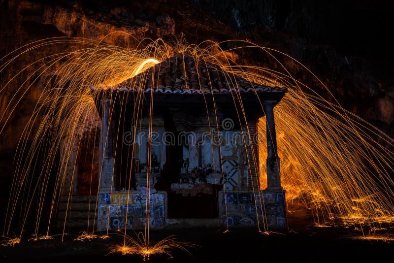 Fuego en arte de la religión de la sensación de la capilla fotos de archivo