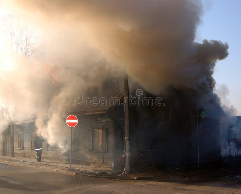 Fuego en casa imagen de archivo libre de regalías