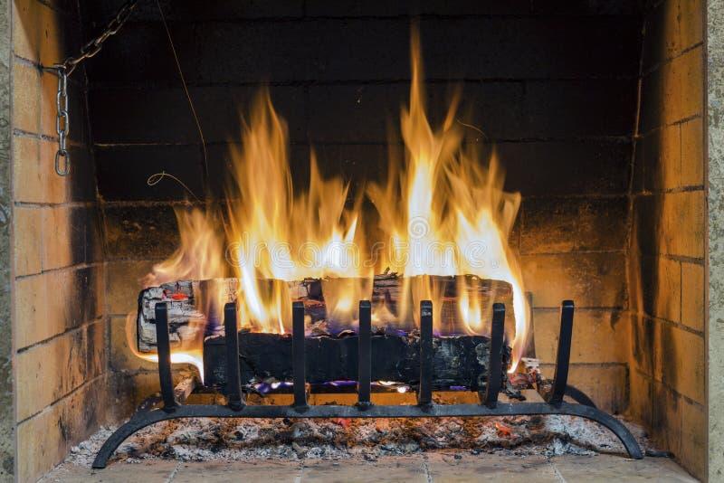 Fuego en chimenea Primer de la leña que quema en fuego imágenes de archivo libres de regalías