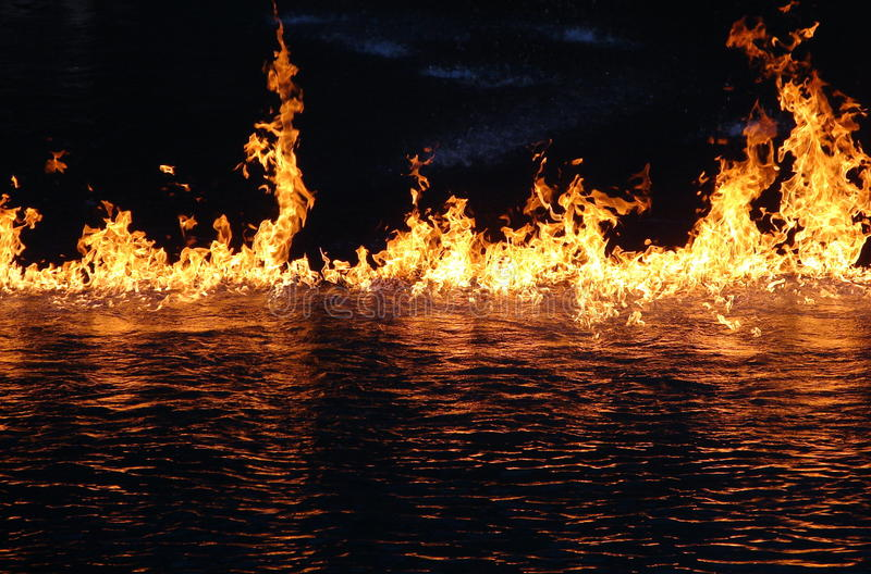 Fuego en el agua foto de archivo