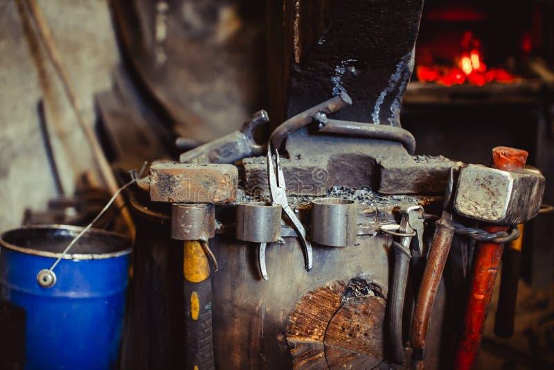 Fuego en el horno en la herrería, herramientas imagenes de archivo