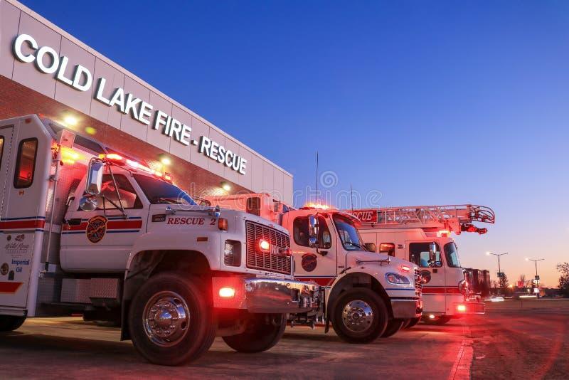 Fuego en el lago frío y estación de rescate Lago Frío, Alberta, Canadá - 22 de agosto de 2019 Este nuevo edificio reemplazó al an fotos de archivo