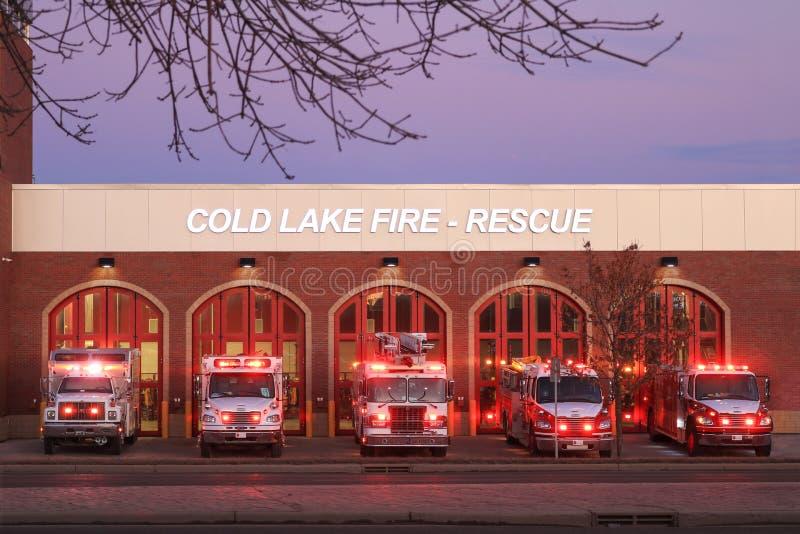 Fuego en el lago frío y estación de rescate Lago Frío, Alberta, Canadá - 22 de agosto de 2019 Este nuevo edificio reemplazó al an fotografía de archivo libre de regalías