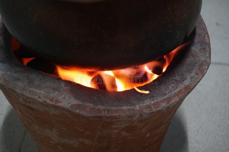 Fuego en el pote de arcilla foto de archivo libre de regalías