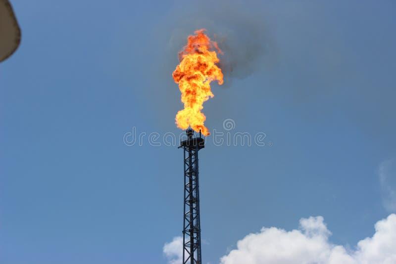 Fuego en la canalización vertical de la plataforma imagenes de archivo