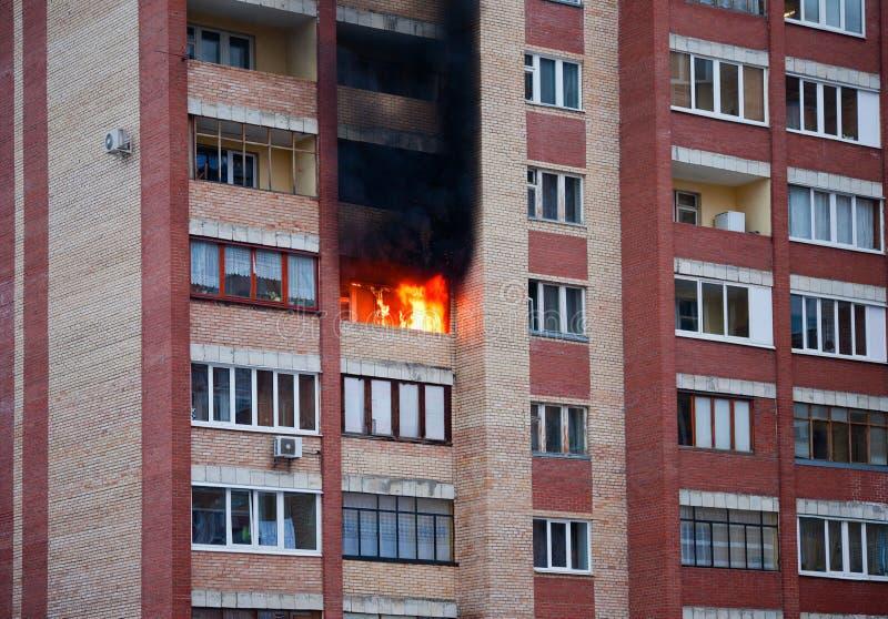 Fuego en la casa imágenes de archivo libres de regalías