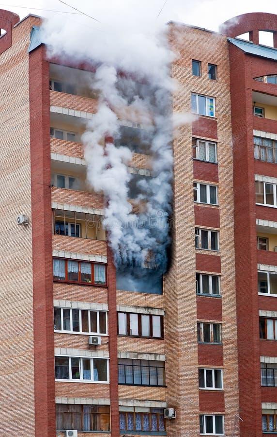 Fuego en la casa foto de archivo