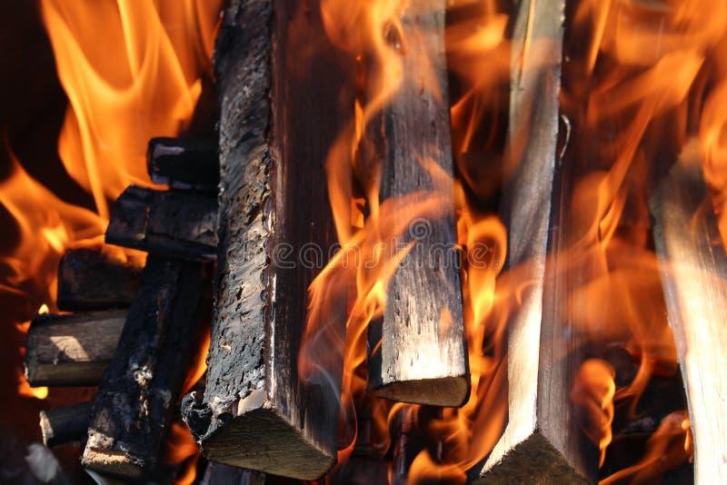 Fuego en la madera oscura foto de archivo