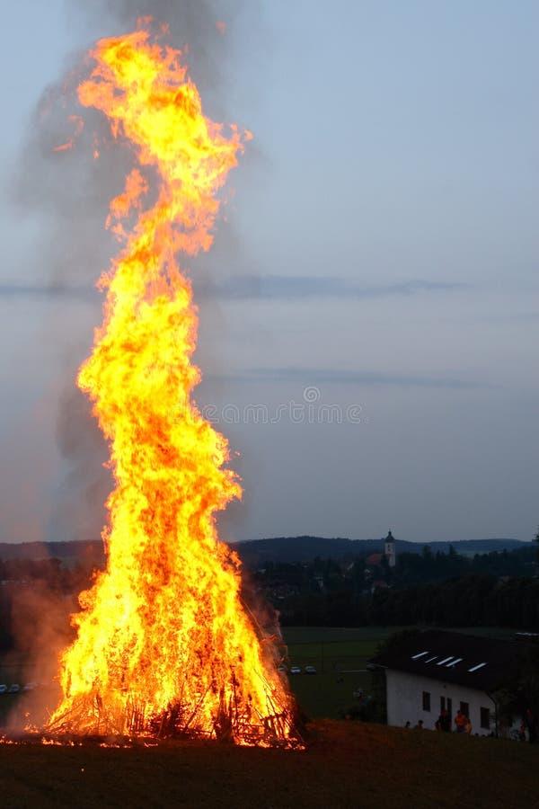 Fuego en la noche de pleno verano fotos de archivo libres de regalías