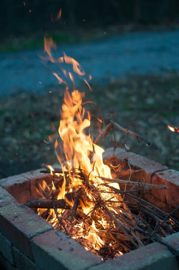 Fuego en patio trasero en la noche fotos de archivo