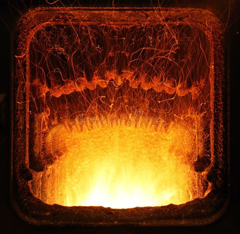 Fuego en un horno casero. imagen de archivo libre de regalías
