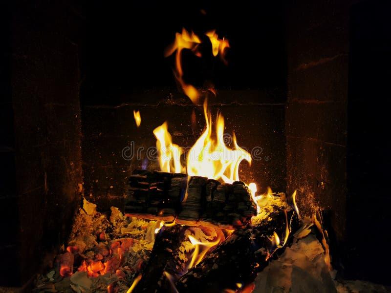 Fuego en una chimenea Acogedor hogar Interior doméstico foto de archivo