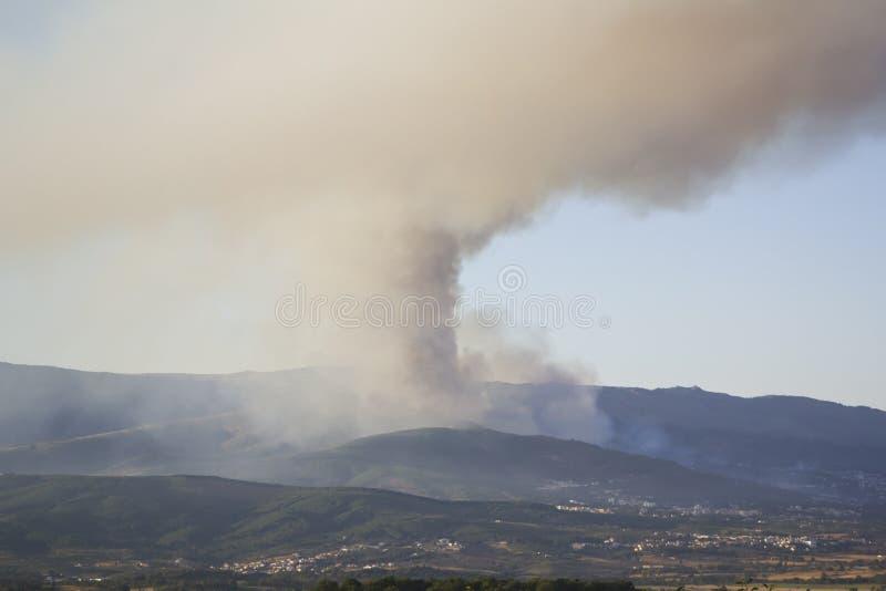 Fuego en una ciudad foto de archivo libre de regalías