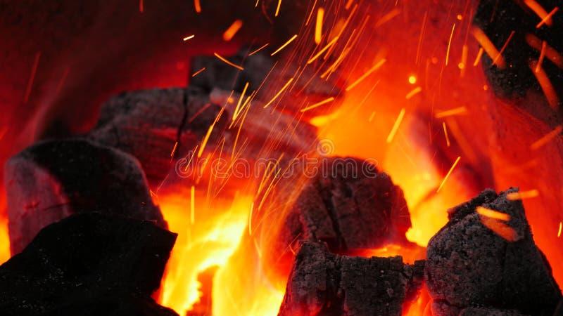 Fuego en una estufa caliente foto de archivo