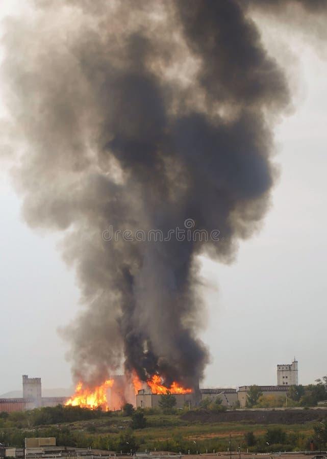 Fuego en una fábrica fotos de archivo libres de regalías