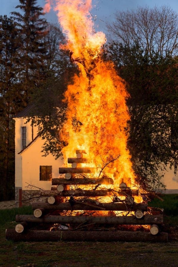 Fuego grande de la noche de walpurgis imagen de archivo libre de regalías
