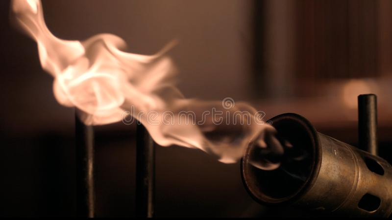 Fuego lento de un mechero de gas imagenes de archivo