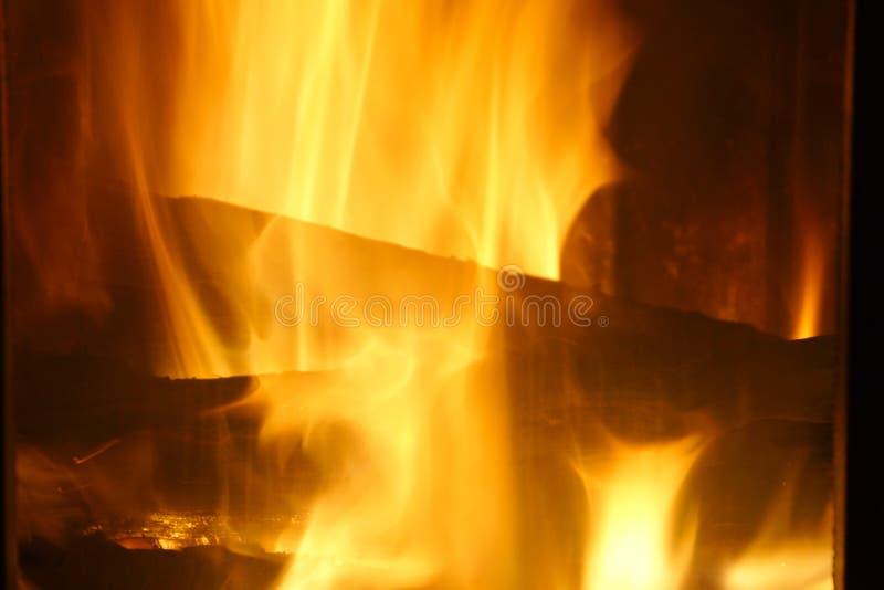 Fuego Madera ardiente en la chimenea Fuego brillante imagen de archivo