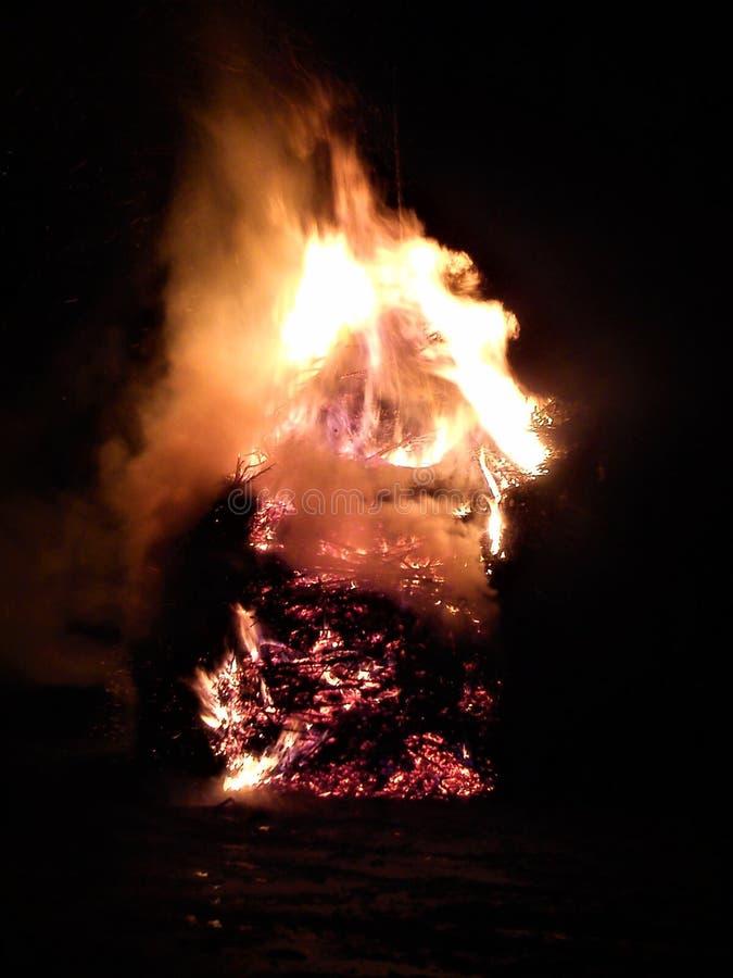 Fuego por noche foto de archivo