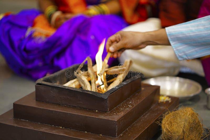 Fuego que adora Homa Ritual hindú de la boda imagen de archivo