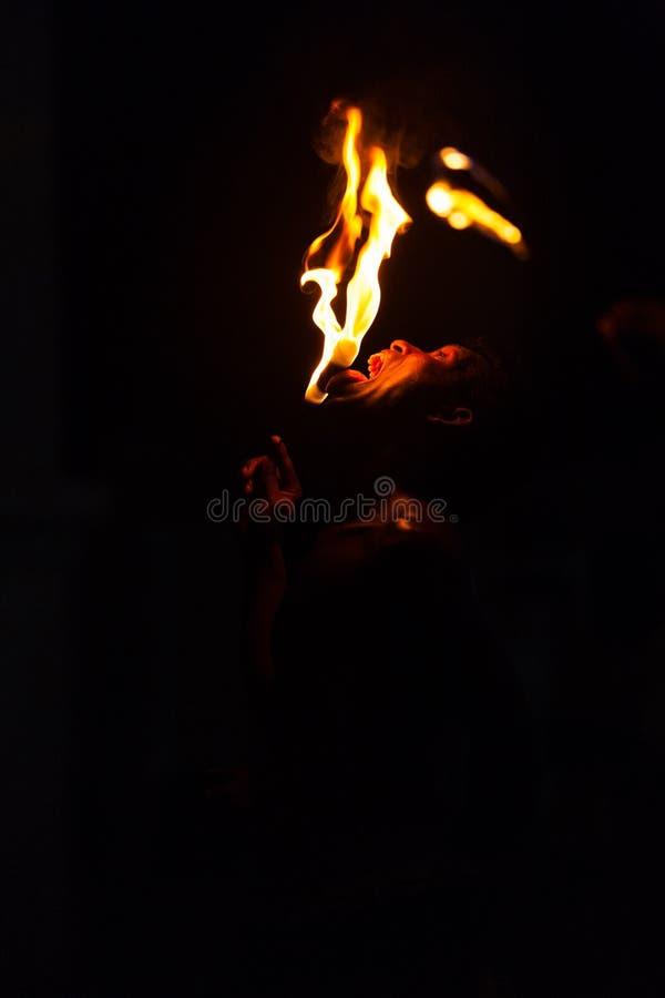Fuego que come la lengüeta del hombre de la demostración de la calle que toca Kandy imágenes de archivo libres de regalías