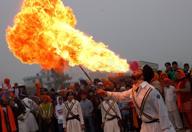 Fuego que sopla del hombre imagen de archivo libre de regalías