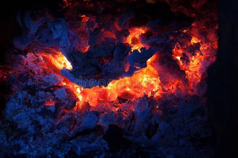 Fuego quemado en el horno, los carbones y el fuego abierto en la noche fotografía de archivo