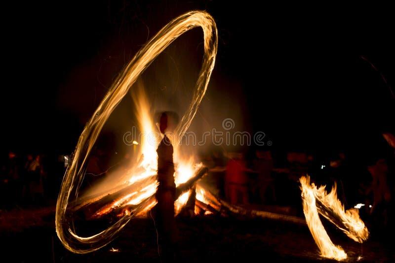 Fuego Sirni ritual Zagovezni antes de Pascua imagenes de archivo