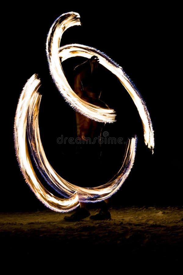 Fuego tailandés del hombre que hace juegos malabares en la noche en una playa de la isla de Koh Lipe en Tailandia imagen de archivo libre de regalías