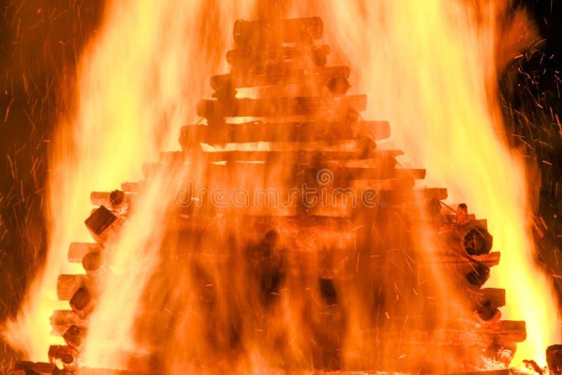 Fuego tradicional enorme grande Quema de brujas en una hoguera foto de archivo