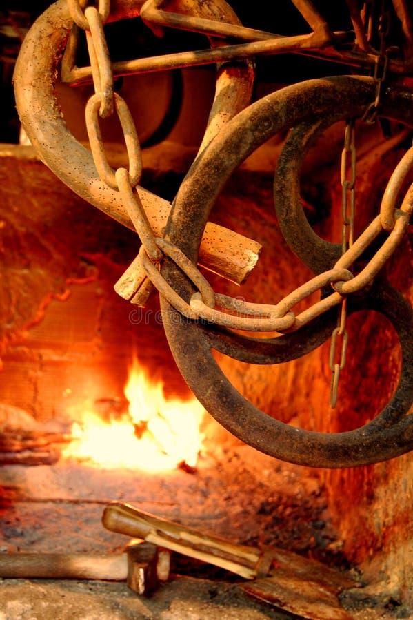 Fuego y encadenamientos imagenes de archivo