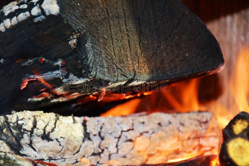 Fuego y horno Registros duros oscuros de madera que queman, llamas anaranjadas y temperatura caliente foto de archivo libre de regalías