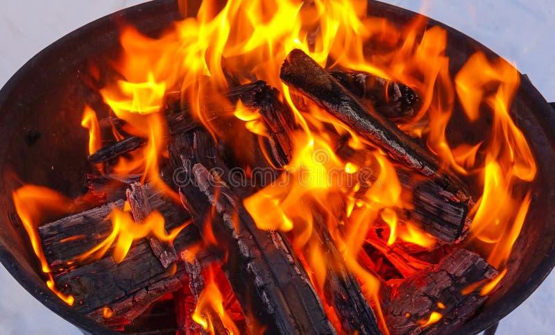 Fuego y leña Ignición de la barbacoa que cocina los carbones fotografía de archivo