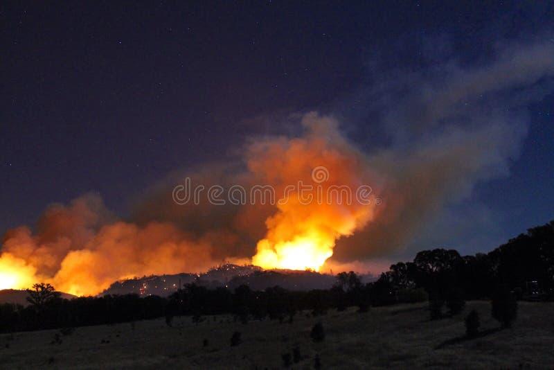 Fuego y penacho del humo en la noche foto de archivo libre de regalías