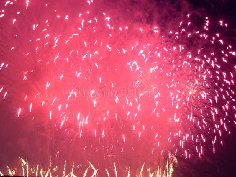 Fuegos artificiales anaranjados de julio del cuarto fotografía de archivo libre de regalías