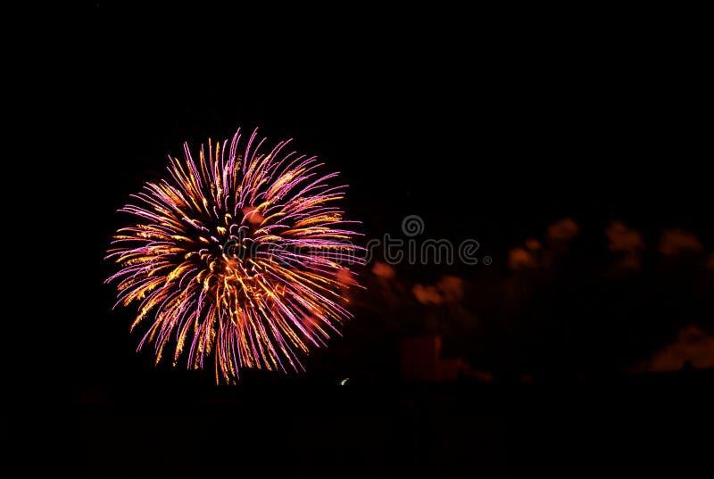 Fuegos artificiales brillantemente coloreados fotos de archivo libres de regalías