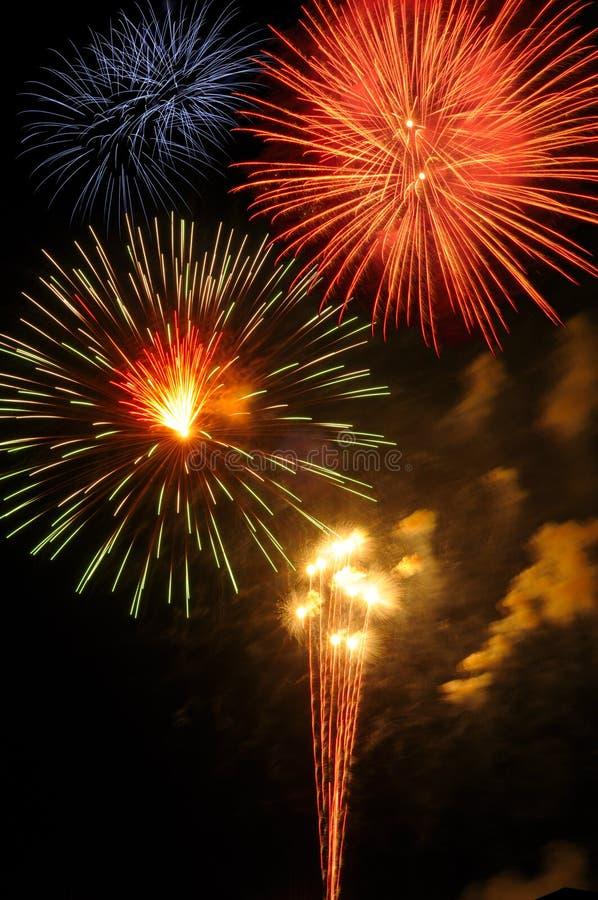 Fuegos artificiales brillantes fotos de archivo libres de regalías