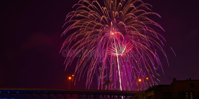 Fuegos artificiales brillantes sobre Cleveland imágenes de archivo libres de regalías