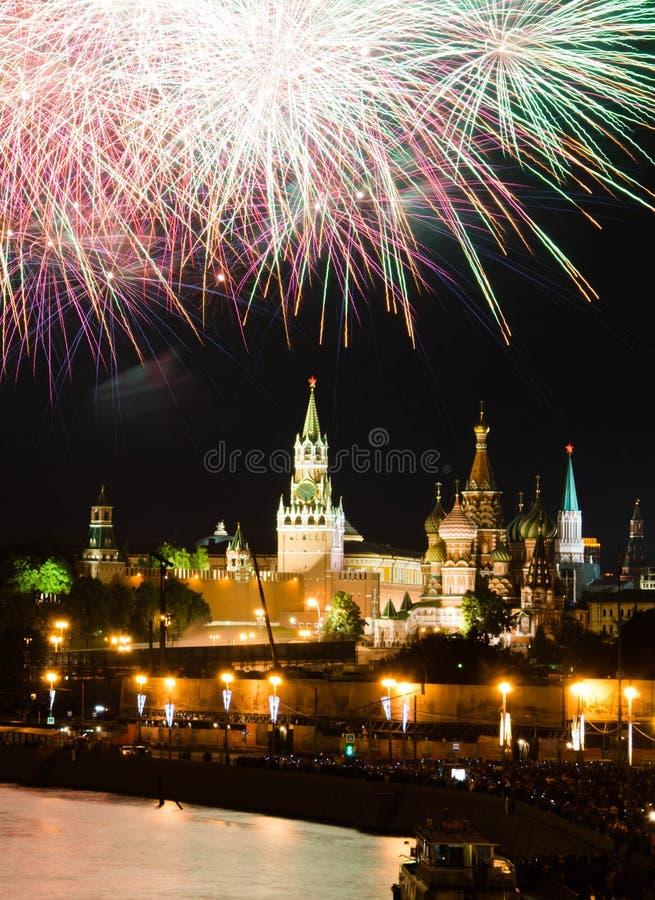 Fuegos artificiales coloreados en cielo sobre el Kremlin imagen de archivo libre de regalías