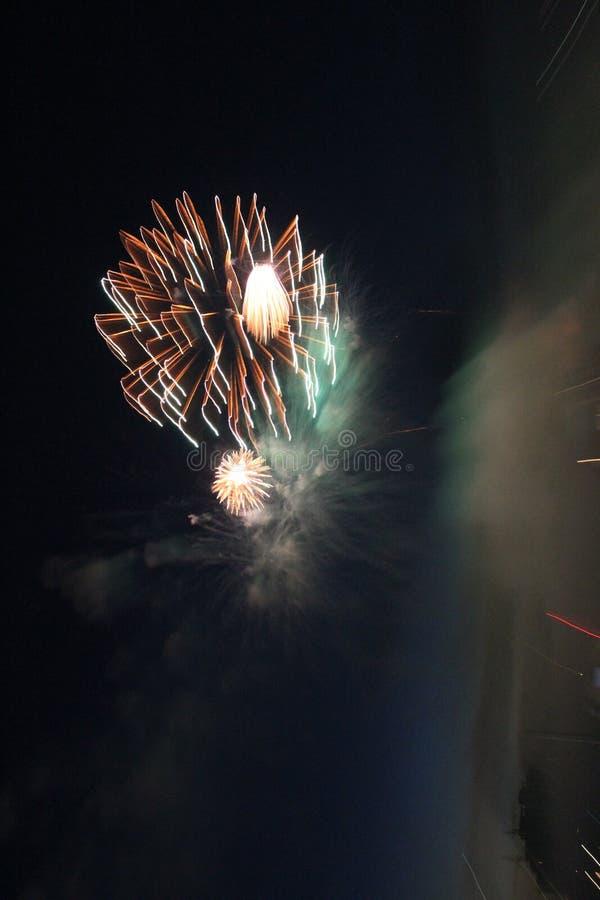 Fuegos artificiales coloridos brillantes de la noche de los fuegos artificiales fotos de archivo