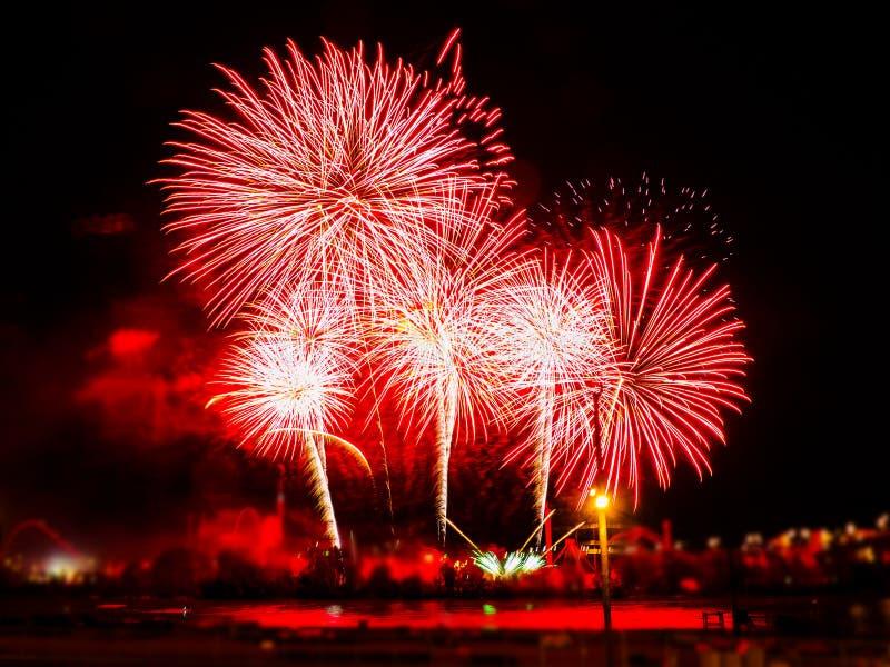 Fuegos artificiales coloridos con explosiones múltiples contra el cielo oscuro fotografía de archivo