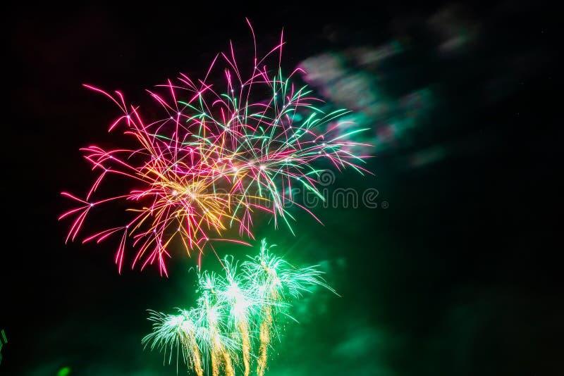 Fuegos artificiales coloridos de diversos colores fotos de archivo