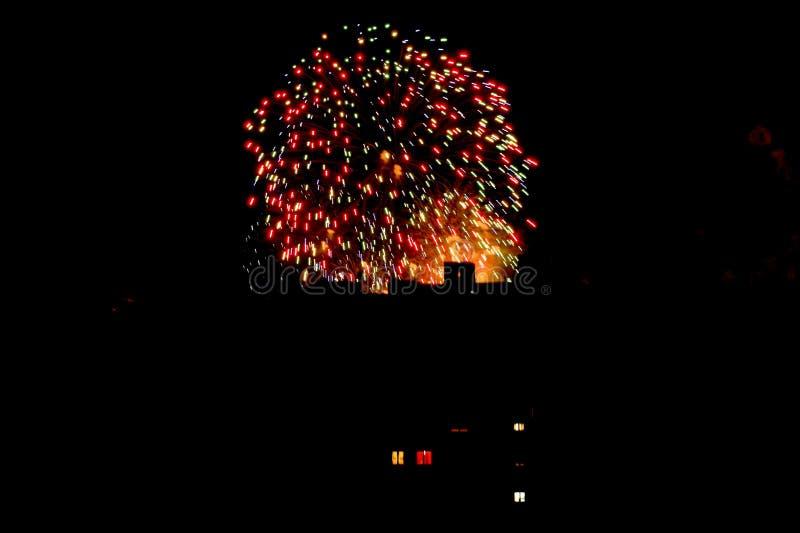 Fuegos artificiales coloridos en la ciudad fotografía de archivo