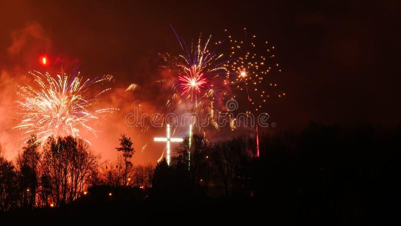 Fuegos artificiales coloridos en la noche del d?a de fiesta fotos de archivo