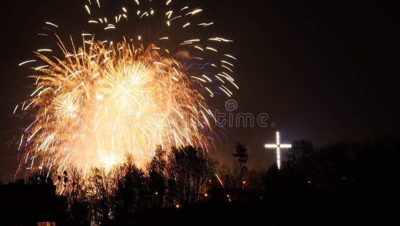 Fuegos artificiales coloridos en la noche del d?a de fiesta imagen de archivo