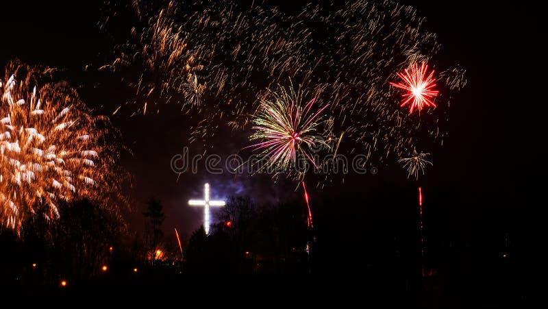 Fuegos artificiales coloridos en la noche del d?a de fiesta foto de archivo libre de regalías
