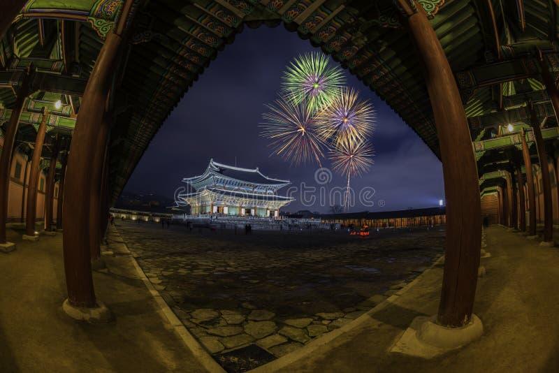 Fuegos artificiales coloridos Gyeongbok adentro, Corea del Sur foto de archivo libre de regalías