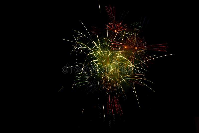 Fuegos artificiales coloridos y brillantes en noche del festival del verano imagenes de archivo