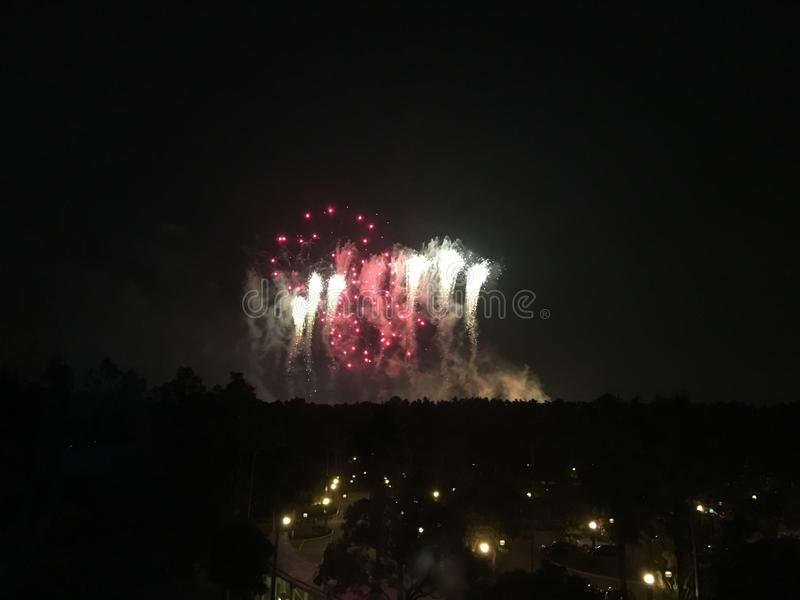 Fuegos artificiales de Disney del hotel en Hong Kong imagen de archivo