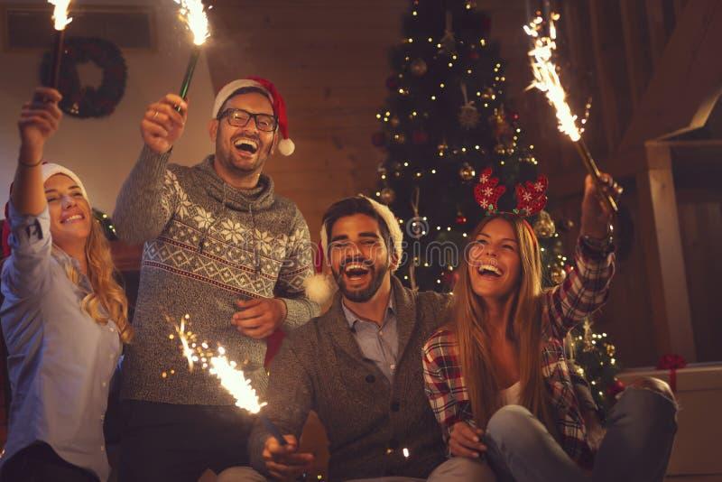 Fuegos artificiales de la medianoche del ` s Eve del Año Nuevo imagen de archivo